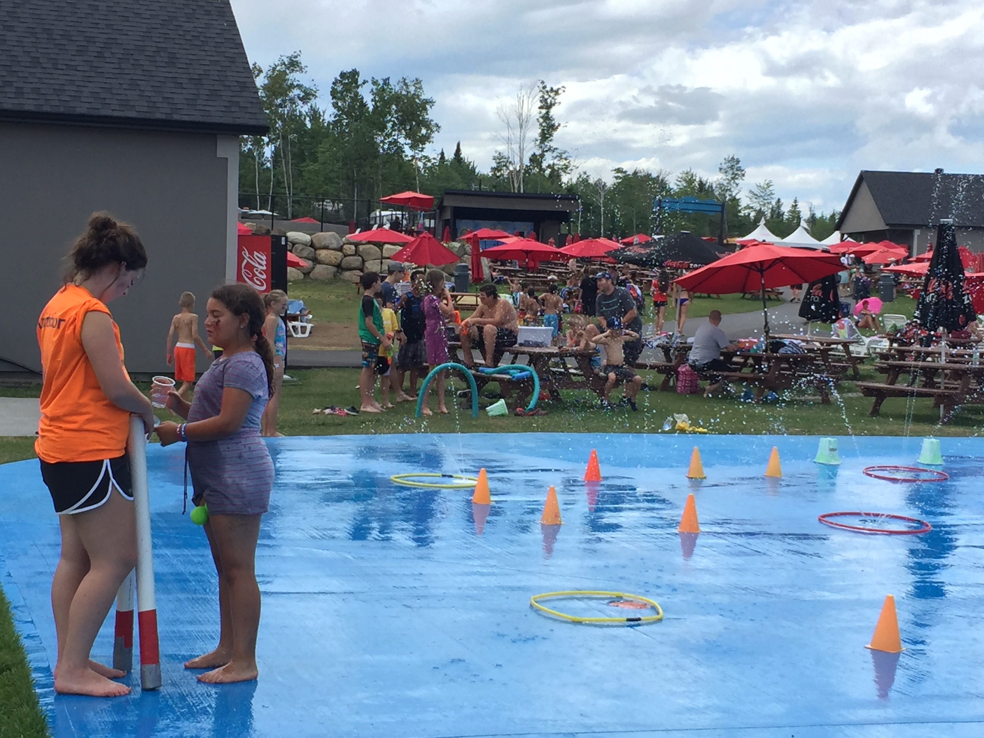http://www.familycampgrounds.ca/wp-content/uploads/2016/12/animation-enfant-parc-aquatique-atlantide-5.jpg