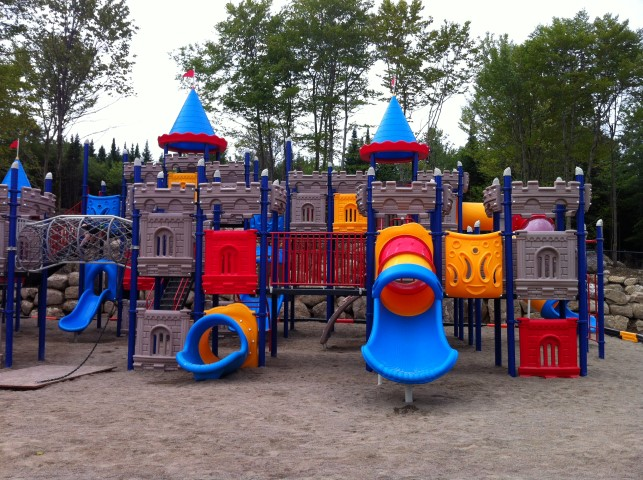 http://www.familycampgrounds.ca/wp-content/uploads/2017/01/camping-familial-complexe-atlantide-parc-chateau-fort.jpg