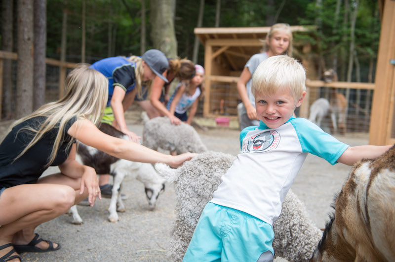 http://www.familycampgrounds.ca/wp-content/uploads/2017/01/mini-ferme-camping-familial-atlantide-3-1.jpg