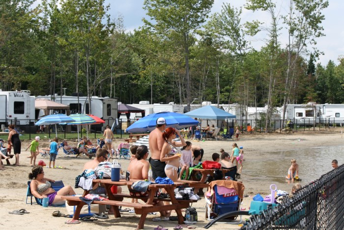 http://www.familycampgrounds.ca/wp-content/uploads/2017/02/camping-familial-complexe-atlantide-lac-plage-1.jpg