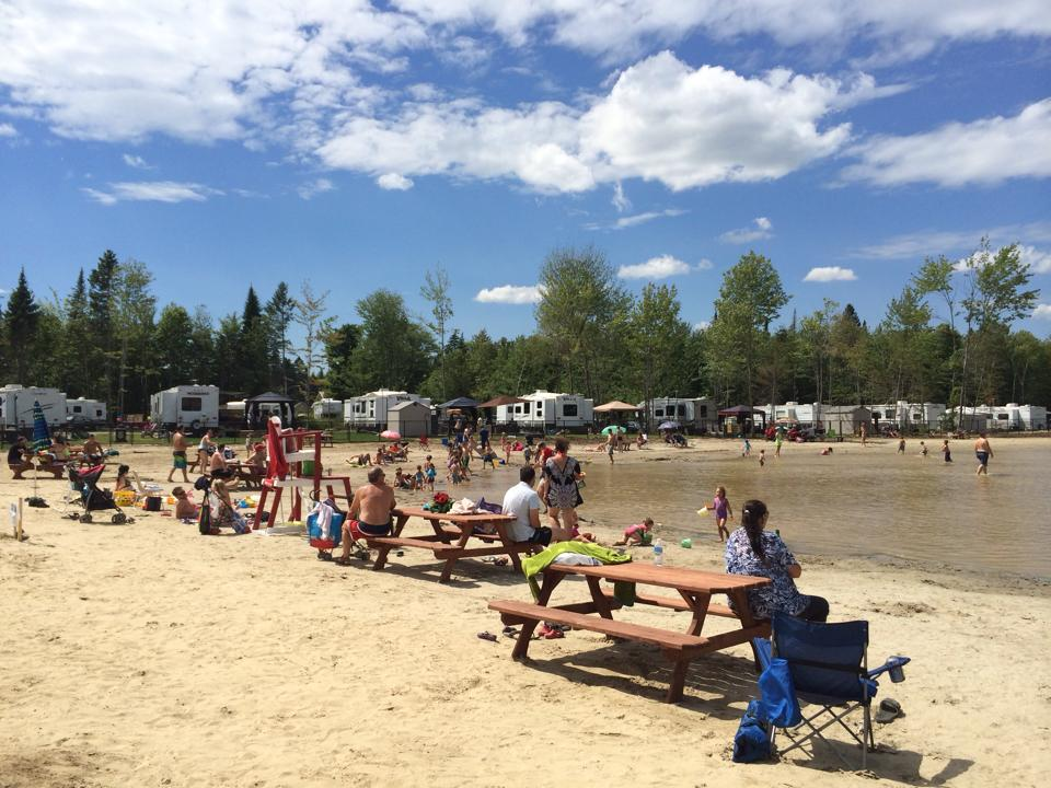 http://www.familycampgrounds.ca/wp-content/uploads/2017/02/camping-familial-complexe-atlantide-lac-plage-3.jpg
