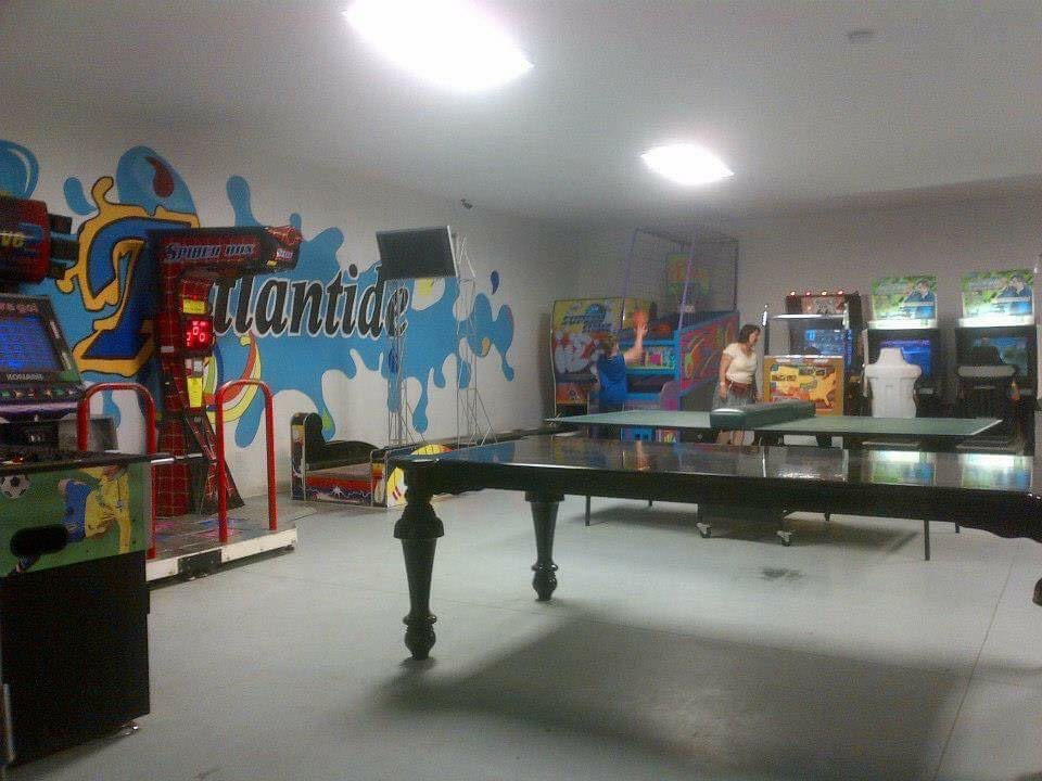 http://www.familycampgrounds.ca/wp-content/uploads/2017/02/camping-familial-complexe-atlantide-salle-ado.jpg