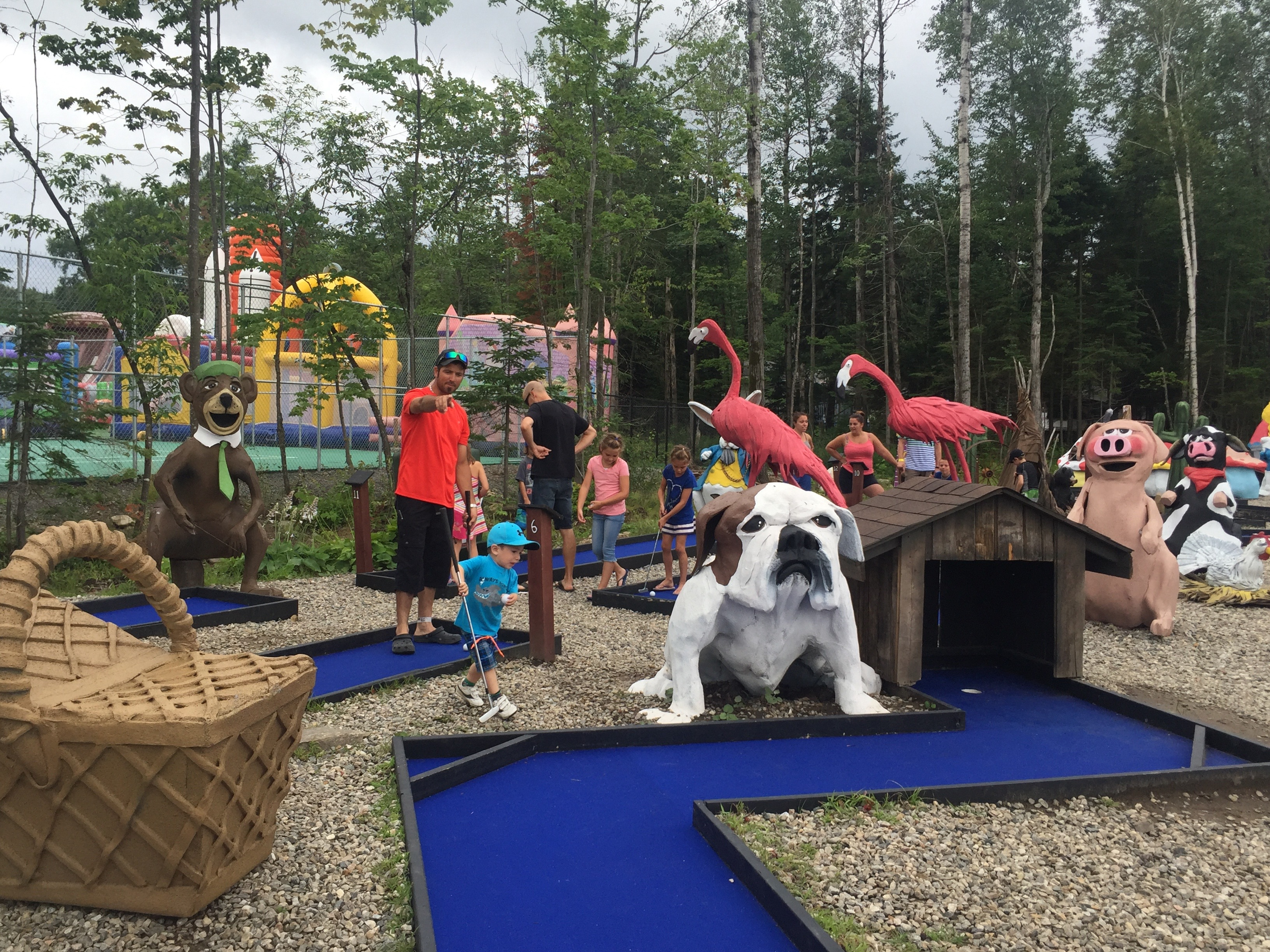 http://www.familycampgrounds.ca/wp-content/uploads/2017/02/mini-golf-camping-familial-complexe-atlantide.jpg
